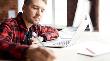 Student aan het werk bij het schrijven van een scriptie